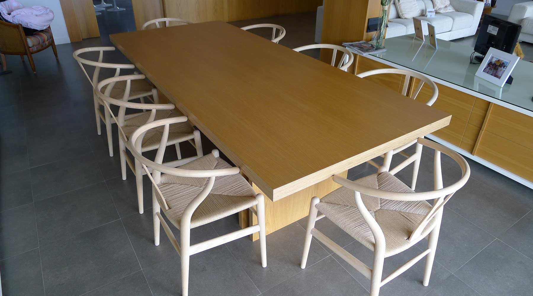 Sillas y mesa de diseño en salón de hogar