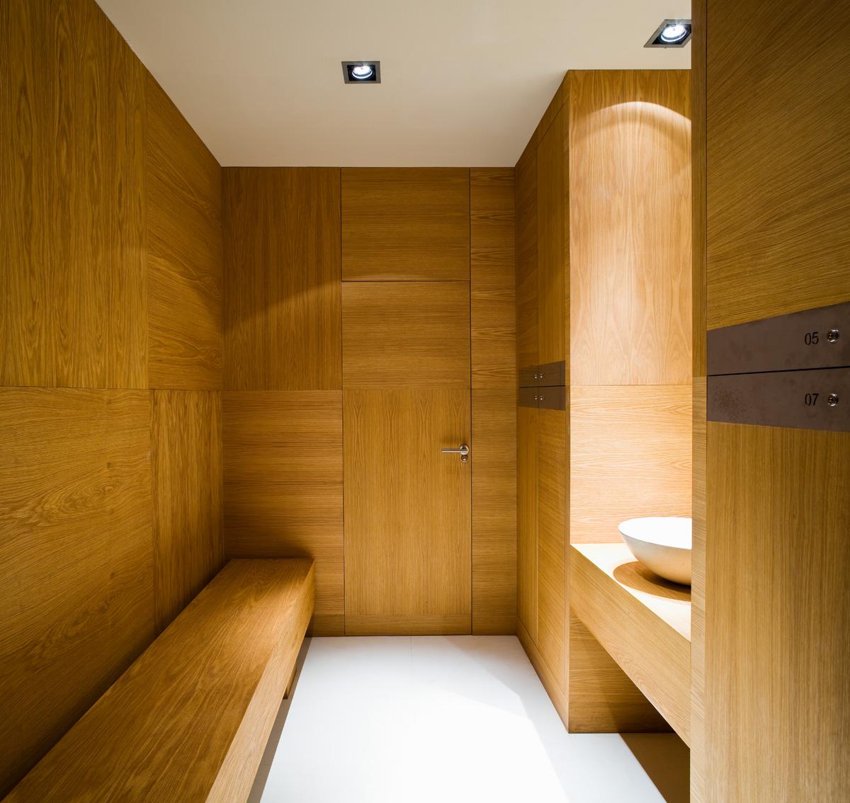 Carpintería de madera en Sevilla para cuarto de baño de diseño en hotel