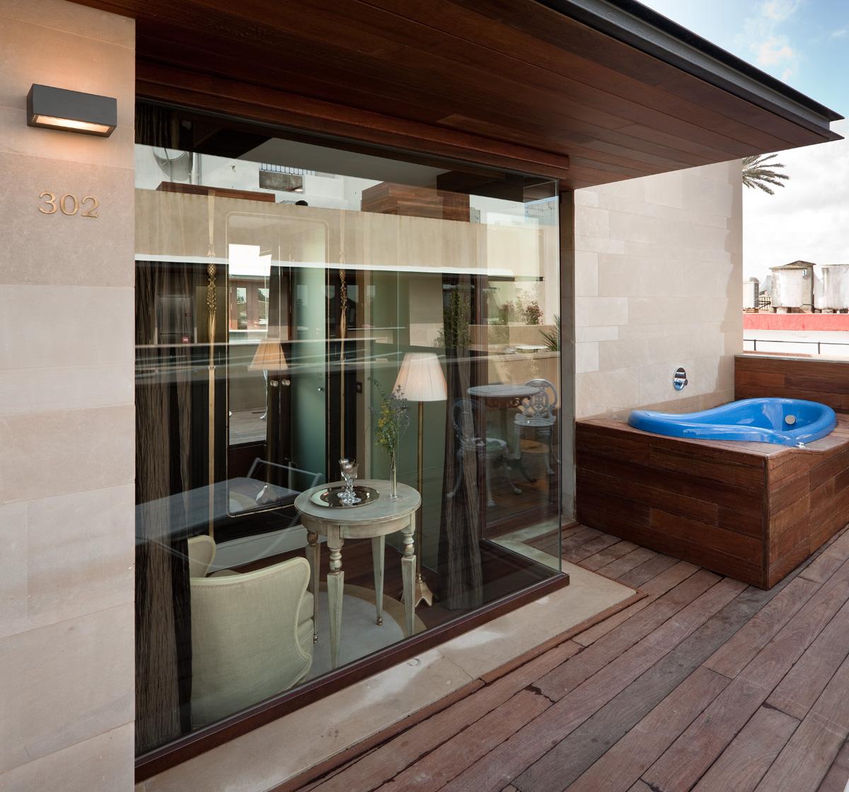 Exteriores con acabados en madera para hotel en Sevilla