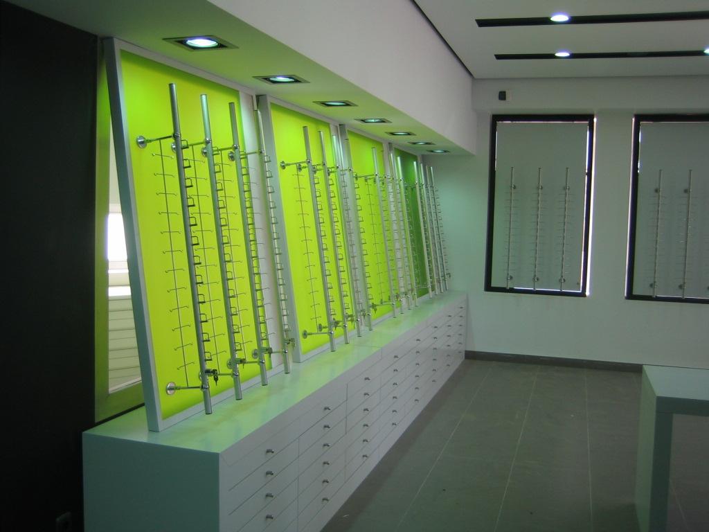 Mueble expositor en óptica sevillana