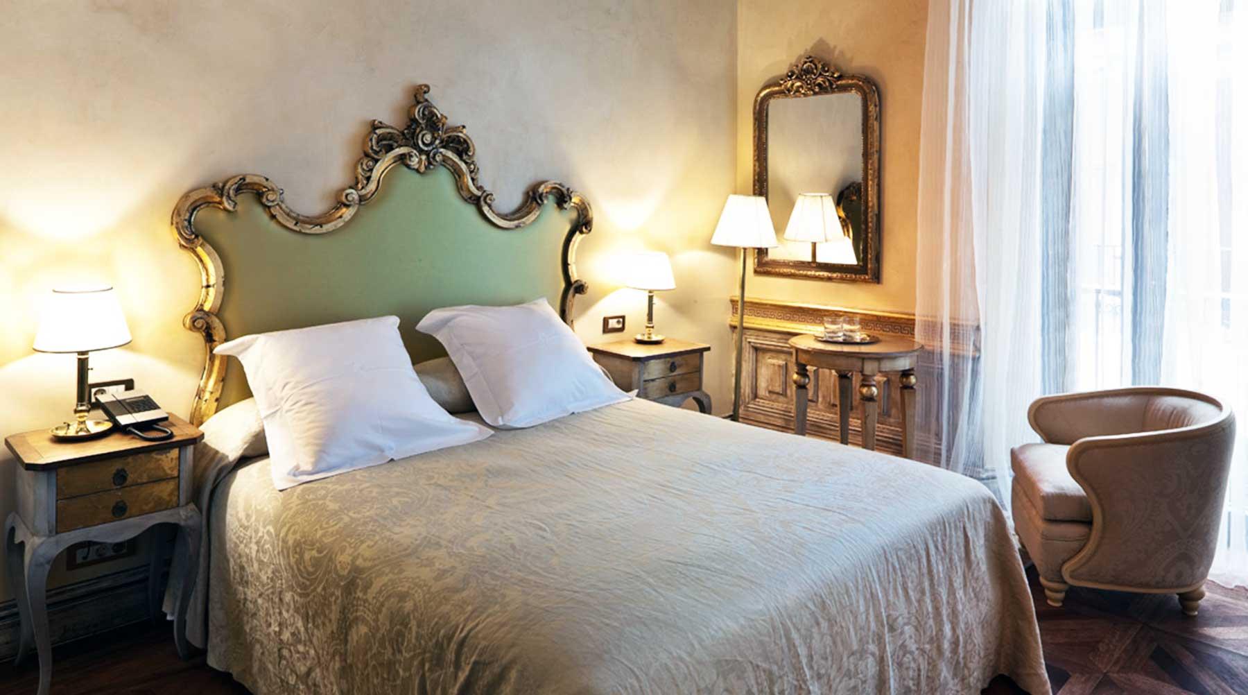 Cabecero de diseño para cama de hotel en Sevilla