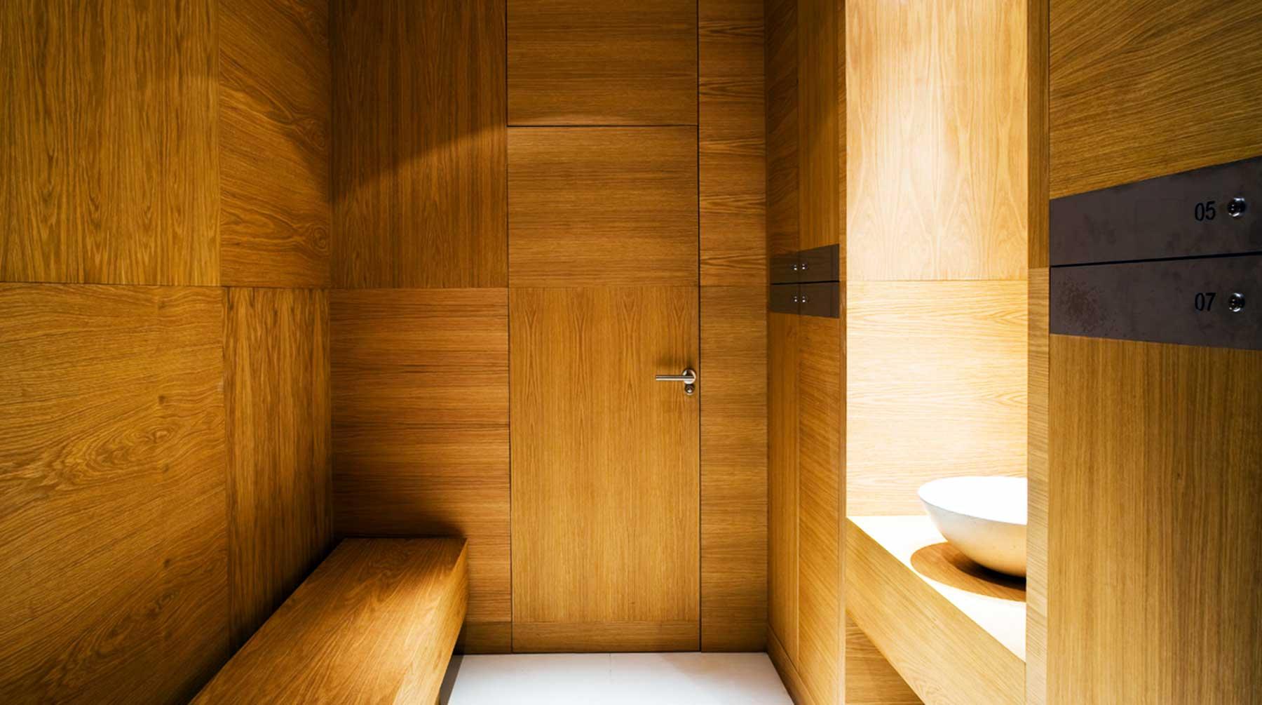 Cuarto de baño de diseño con acabados en madera para hotel