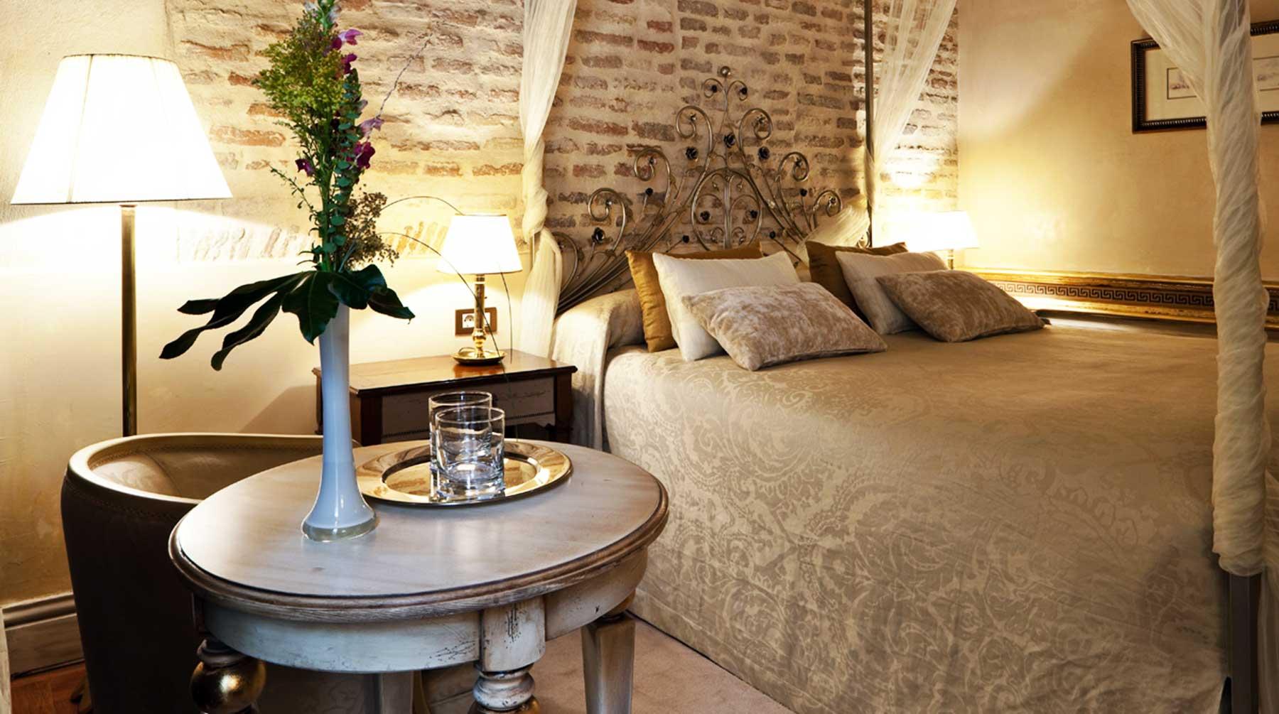 Mesa auxiliar de madera para hotel en Sevilla